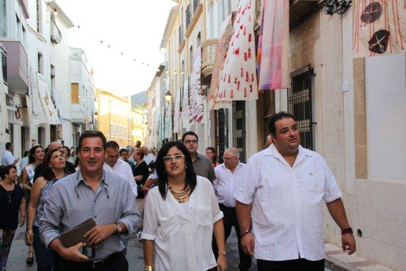 Juan Bautista Roselló, Maite Signes y Juan Pedrós, durante el paseo inaugural del certamen. :: B. O.