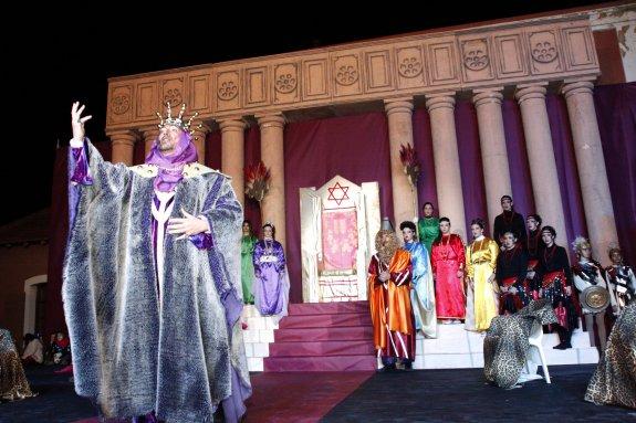 Una de las intervenciones de Herodes, durante la representación del 'Misteri', en el escenario que representa su palacio de invierno. :: Tino Calvo